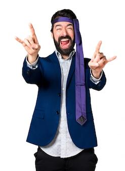 Homem louco e bêbado fazendo um gesto de chifre