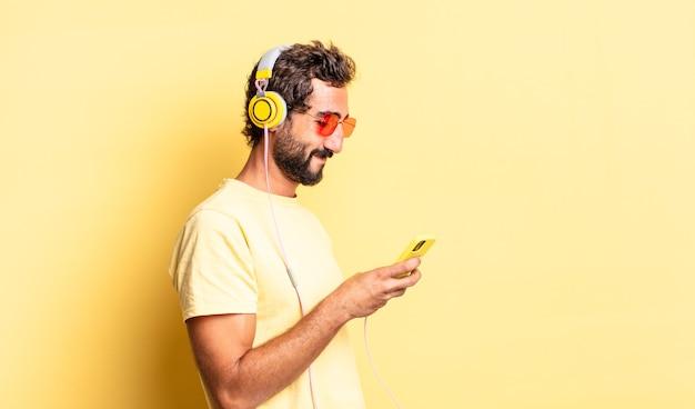 Homem louco expressivo em vista de perfil pensando, imaginando ou sonhando acordado com fones de ouvido