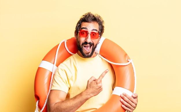 Homem louco expressivo parecendo animado e surpreso, apontando para o lado. conceito de salva-vidas