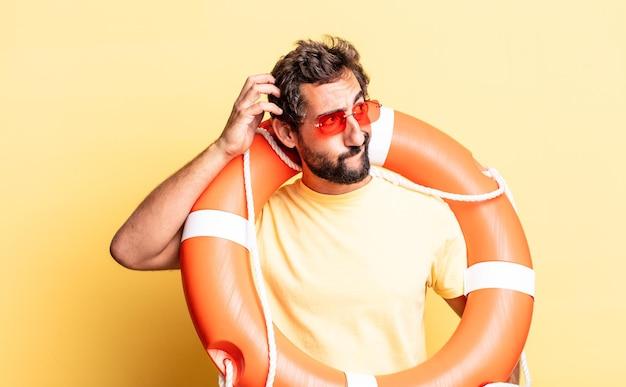 Homem louco expressivo sentindo-se perplexo e confuso, coçando a cabeça. conceito de salva-vidas