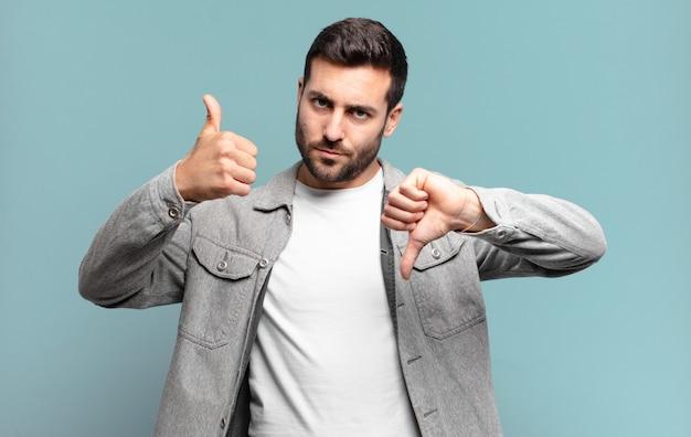 Homem louro adulto bonito se sentindo confuso, sem noção e inseguro, ponderando o que há de bom e de ruim em diferentes opções ou escolhas