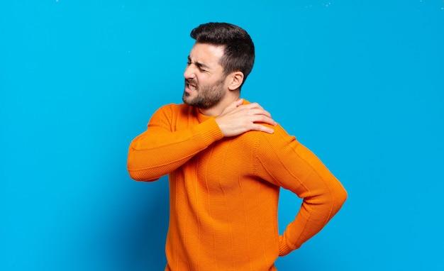 Homem louro adulto bonito sentindo-se cansado, estressado, ansioso, frustrado e deprimido, sofrendo de dores nas costas ou no pescoço