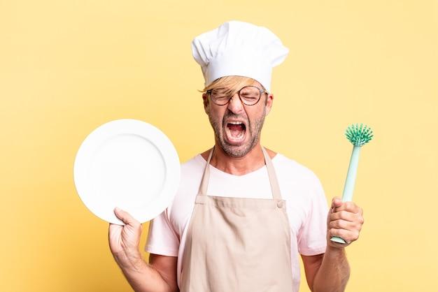 Homem louro bonito chef adulto com um prato vazio
