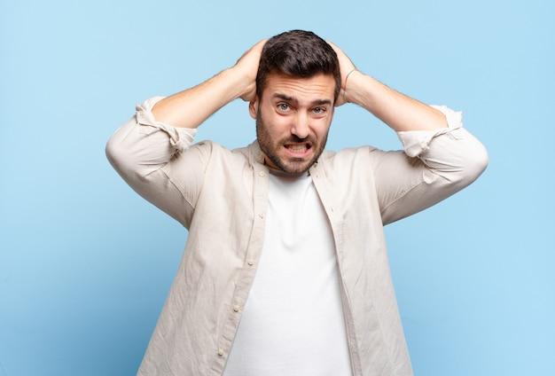 Homem louro e bonito, adulto, sentindo-se frustrado e irritado, farto do fracasso, farto de tarefas monótonas e enfadonhas