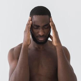 Homem lutando segurando sua cabeça