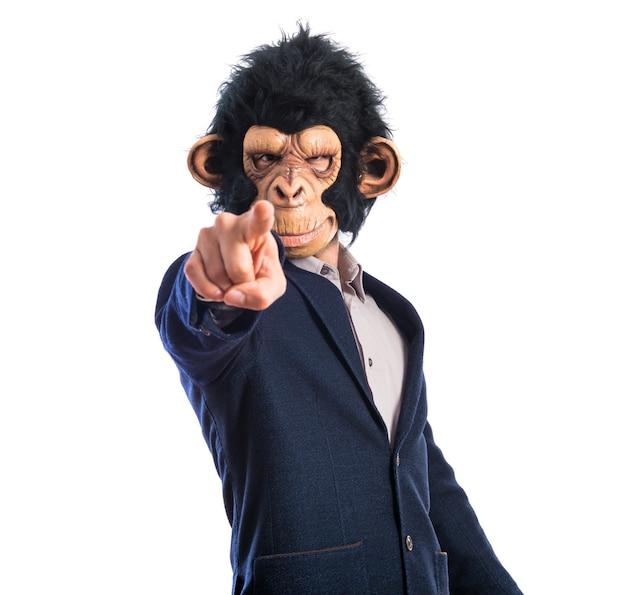 Homem macaco apontando para a frente