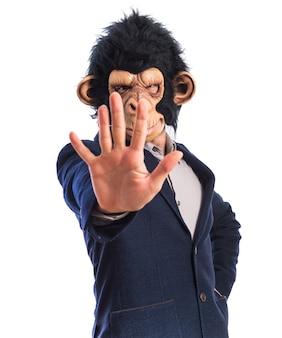 Homem macaco contando cinco