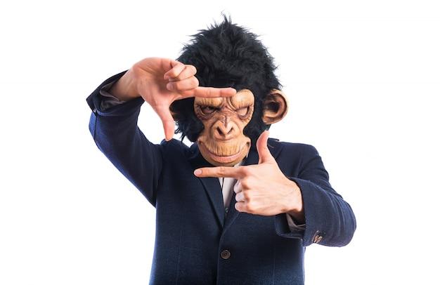 Homem macaco focado com os dedos