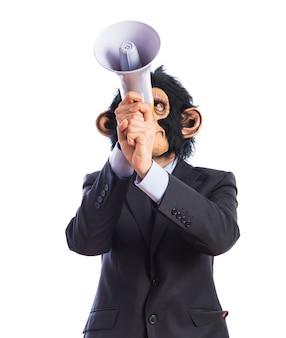 Homem macaco gritando por megafone