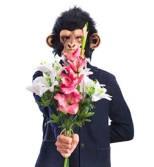 Homem macaco segurando um buquê
