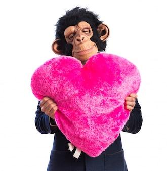 Homem macaco segurando um grande coração