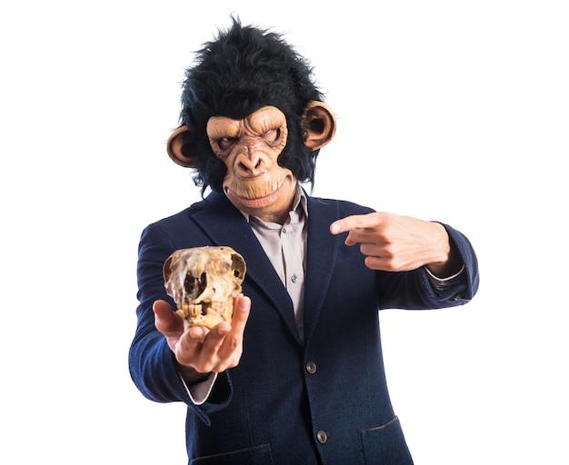 Homem macaco segurando uma caveira