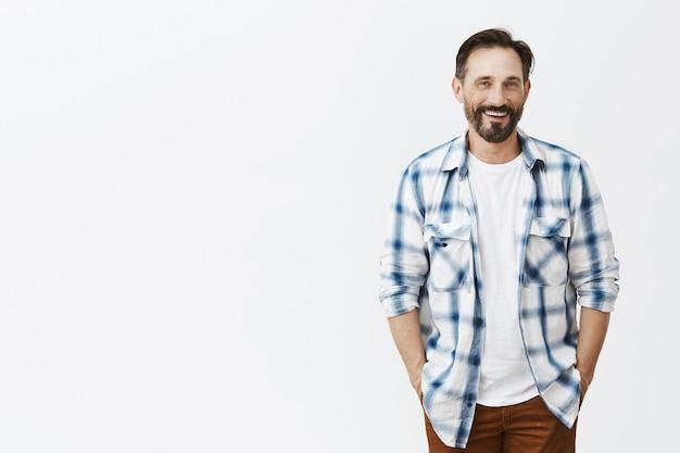 Homem maduro barbudo bonito despreocupado rindo e sorrindo