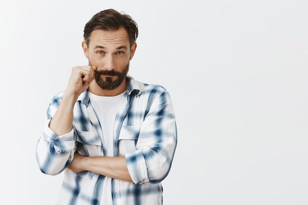 Homem maduro barbudo carismático atrevido posando