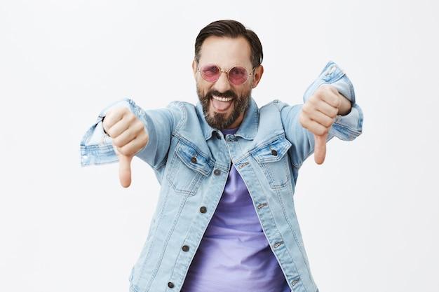 Homem maduro barbudo enojado posando