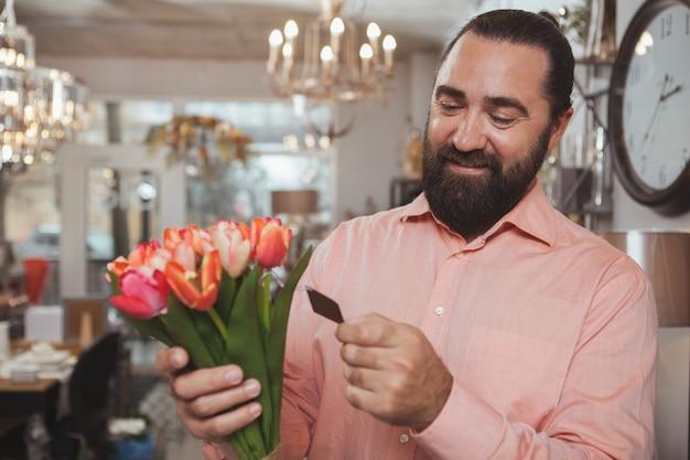 Homem maduro barbudo, fazer compras na loja de mercadorias em casa