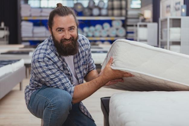 Homem maduro barbudo, fazer compras na loja de móveis