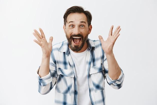 Homem maduro barbudo surpreso posando