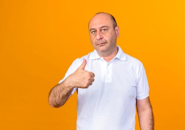 Homem maduro casual com o polegar para cima