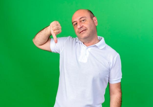 Homem maduro casual satisfeito com o polegar para baixo
