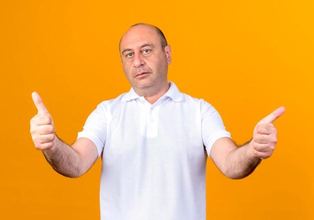 Homem maduro casual satisfeito com o polegar para cima