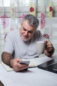Homem maduro, com barba, trabalhando em casa