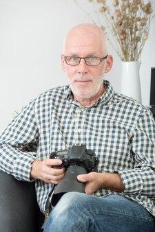 Homem maduro com câmera fotográfica