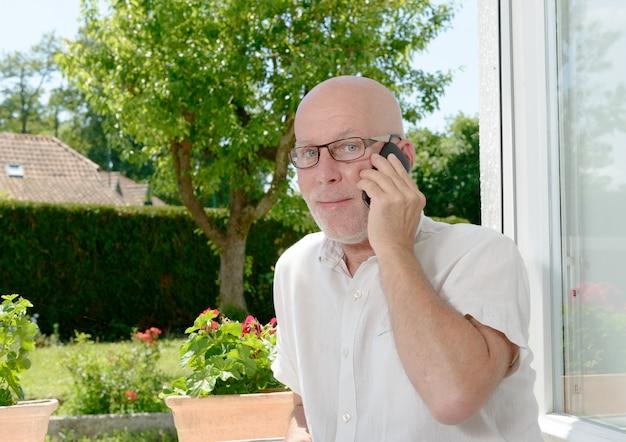 Homem maduro com um telefone móvel