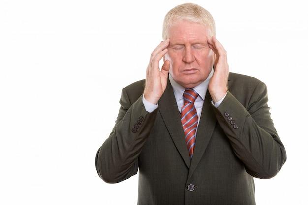 Homem maduro de terno com dor de cabeça
