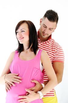 Homem maduro e mulher grávida são felizes juntos