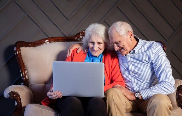 Homem maduro e mulher usando um laptop