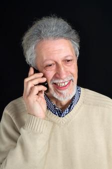 Homem maduro, falando em seu telefone celular