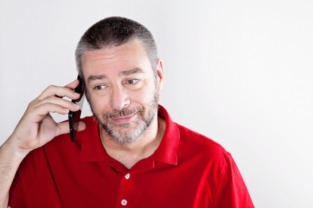 Homem maduro, falando, sobre, a, telefone pilha