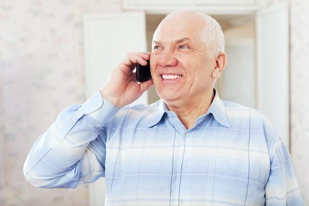 Homem maduro feliz fala por telefone