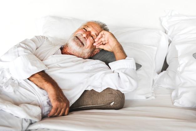 Homem maduro, mentindo, ligado, um, cama