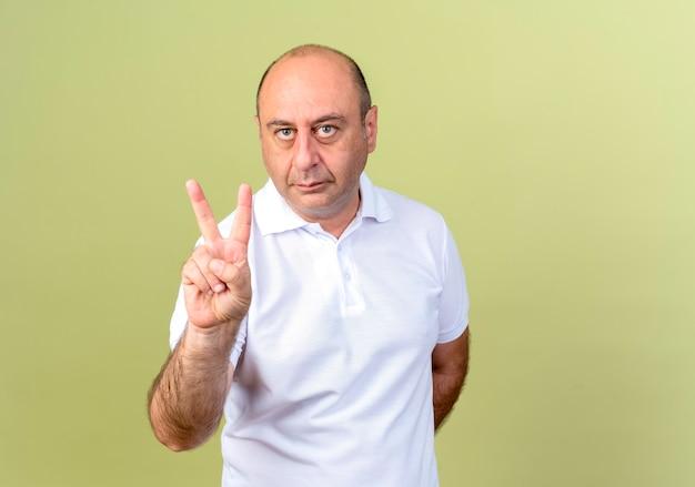 Homem maduro mostrando gesto de paz