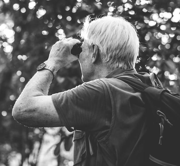 Homem maduro, observar pássaros, através, binóculos