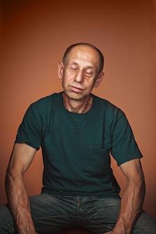 Homem maduro preocupado sentado e pensando em algo