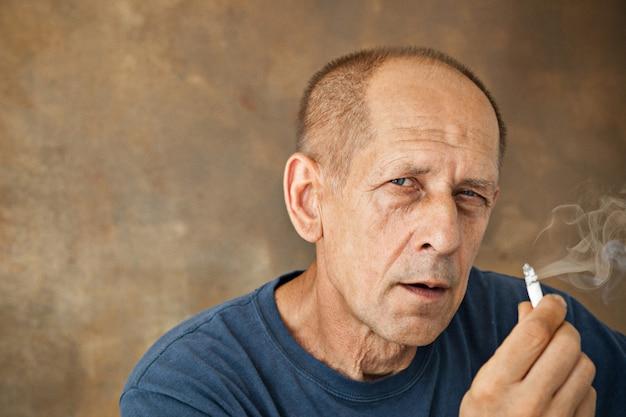 Homem maduro preocupado sentado no estúdio