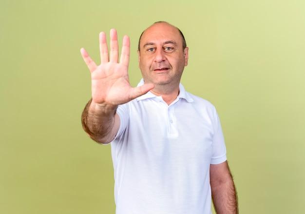 Homem maduro satisfeito mostrando cinco