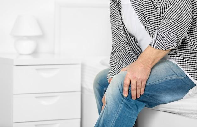 Homem maduro sofrendo de dores em casa Foto Premium