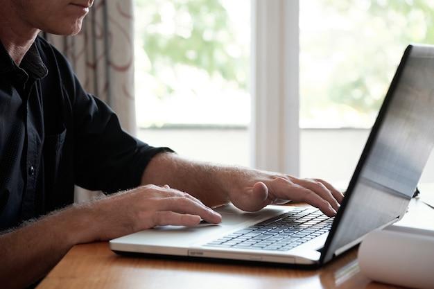 Homem maduro, usando computador portátil
