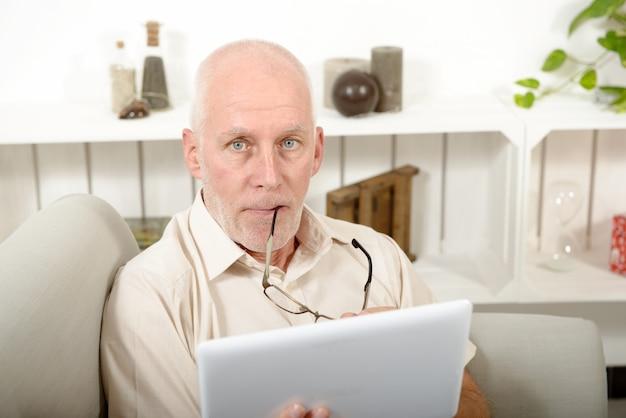 Homem maduro usando tablet