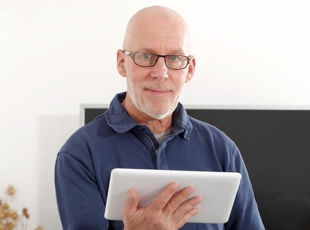 Homem maduro, usando um tablet