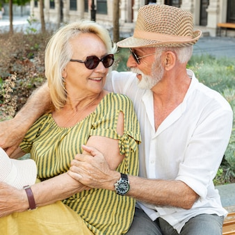 Homem mais velho, abraçando a mulher por trás