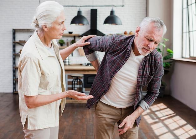 Homem mais velho com dor nas costas