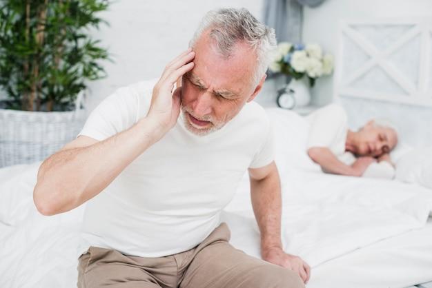 Homem mais velho com uma dor de cabeça