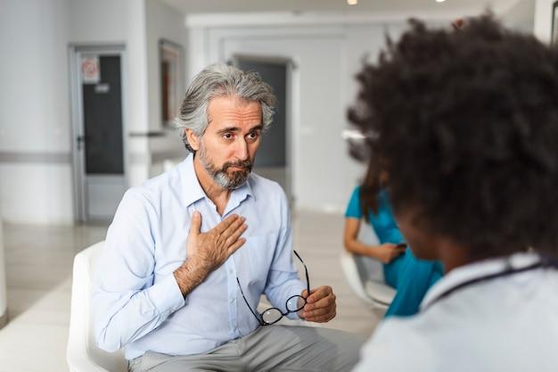 Homem mais velho e seu médico conversando