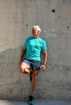 Homem mais velho praticando alongamento