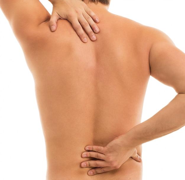 Homem mantém as costas devido à dor